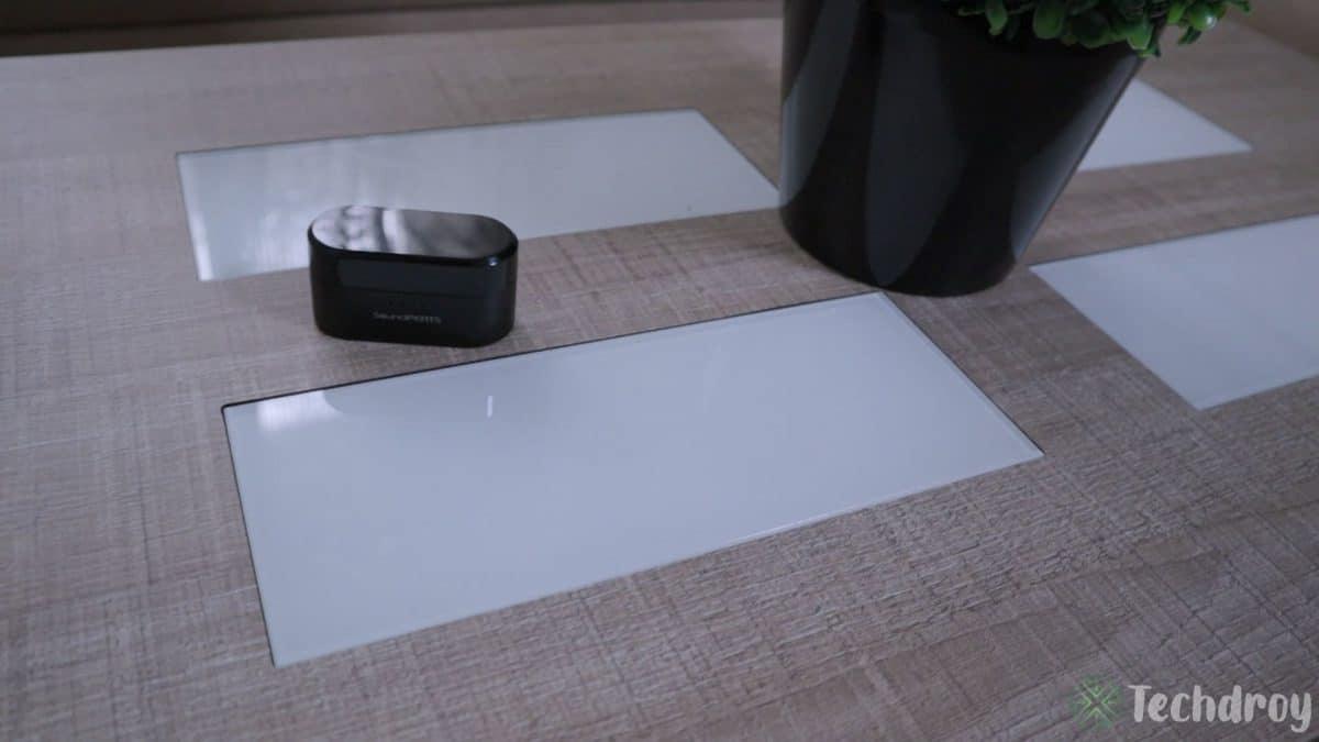 Diseño caja SoundPeats en la mesa con una maceta
