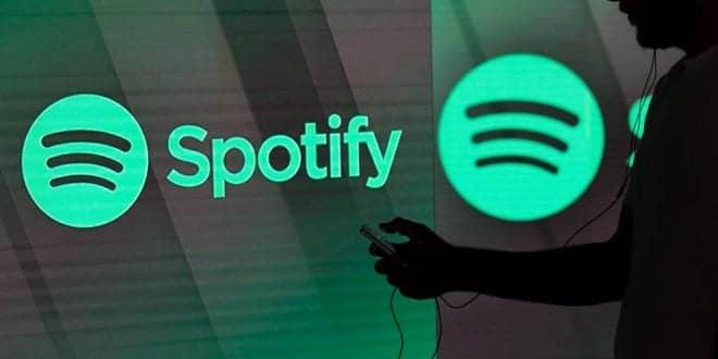 Spotify banner persona usando móvil