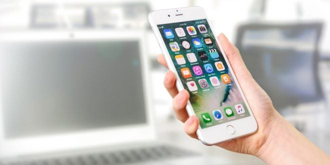 Usuarios utilizando un aplicaciones en iOS en un iPhone