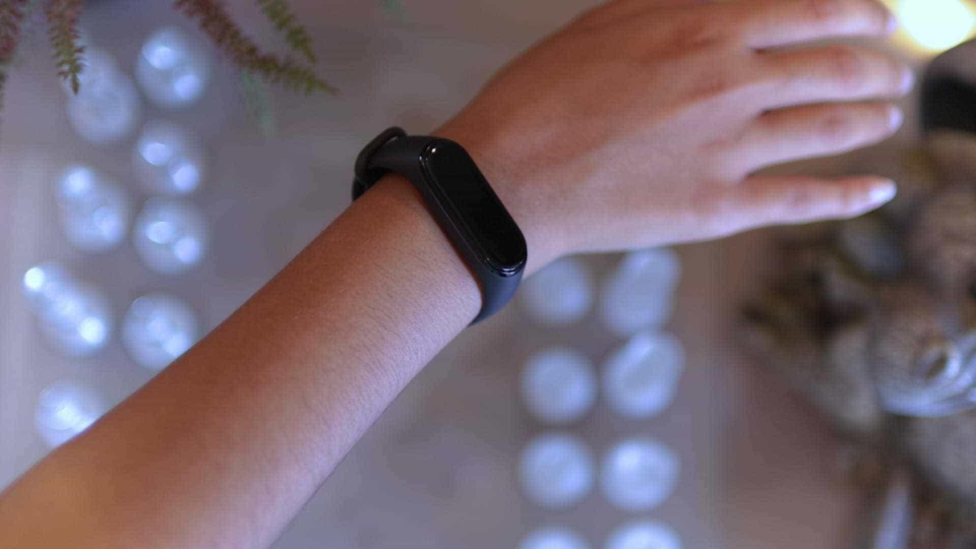 diseño-mano-Xiaomi-Mi-Band-4